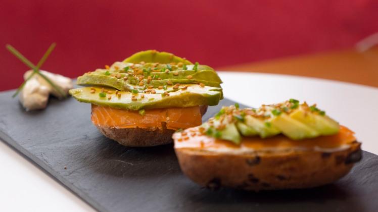 cookinmovie-petits-pains-saumon-avocat-1